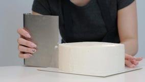 Vitt slätt cylindriskt kakamellanrum Konditor skapar formen av en bakelsespatel stock video