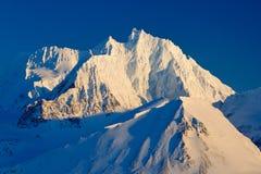 Vitt snöig bergmaximum, blå glaciär Svalbard, Norge Is i havet Isberg i nordpolen Härligt landskap Snöig kulleintelligens Royaltyfri Bild