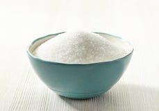 Vitt socker i en bunke Arkivbild