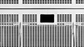 Vitt stålgaller på en buss Arkivbild