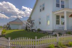 Vitt staket med gräsmatta i allaktivitetshus royaltyfria foton