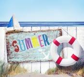 Vitt staketSummer Signboard Beach begrepp arkivbild