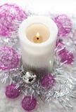 Vitt stearinljus och julpynt omkring Royaltyfri Fotografi