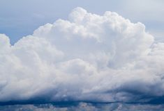 Vitt stormigt moln på blå himmel Cloudscape fotobakgrund Lynnig skyscape med det våta molnet för förkylning för regn Royaltyfri Foto