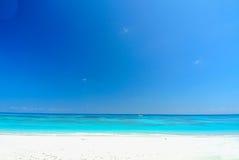 Vitt strand- och blåtthav med blå himmel på den Tachai ön Thail Royaltyfri Bild