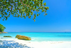 Vitt strand- och blåtthav med blå himmel på den Tachai ön Thail Royaltyfria Bilder