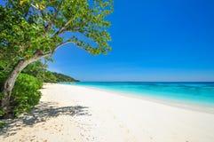 Vitt strand- och blåtthav med blå himmel på den Tachai ön Thail Arkivbild