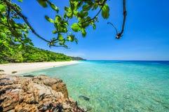 Vitt strand- och blåtthav med blå himmel på den Tachai ön Thail Arkivfoto