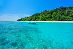 Vitt strand- och blåtthav med blå himmel på den Tachai ön Thail Arkivfoton