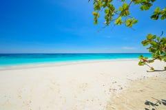 Vitt strand- och blåtthav med blå himmel på den Tachai ön Thail Royaltyfria Foton