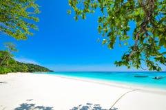 Vitt strand- och blåtthav med blå himmel på den Tachai ön Thail Arkivbilder