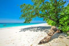 Vitt strand- och blåtthav med blå himmel på den Tachai ön Thail Fotografering för Bildbyråer
