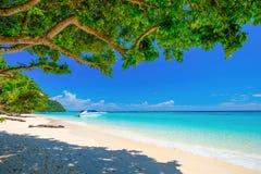 Vitt strand- och blåtthav på den Rok ön Thailand Royaltyfri Fotografi