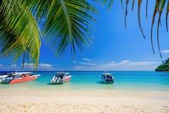 Vitt strand- och blåtthav på den Rok ön Thailand Royaltyfri Bild