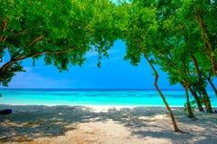 Vitt strand- och blåtthav på den Rok ön Thailand Royaltyfria Bilder
