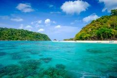 Vitt strand- och blåtthav på den Rok ön Thailand Arkivbilder