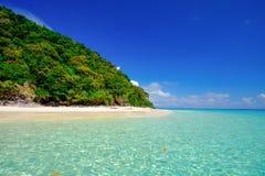 Vitt strandblåtthav på den Rok ön Thailand Arkivfoton