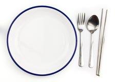 Vitt töm plattan med skeden och gaffeln arkivfoto