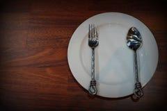 Vitt töm plattor med gaffeln och skeden Arkivfoton