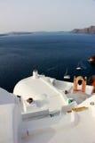 Vitt tak, terrece på byggnader i Oia, Santorini, Grekland Arkivbild