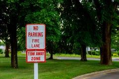 Vitt tecken för röda bokstäver ingen parkering att underteckna in brandgränden Fotografering för Bildbyråer
