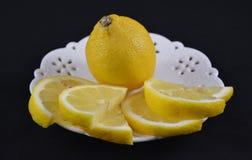 Vitt tefat med den skivade citronen Royaltyfria Foton