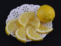 Vitt tefat med den skivade citronen Arkivfoto