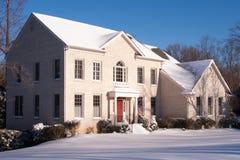 Vitt tegelstenhus på gryning med Snow Arkivbild