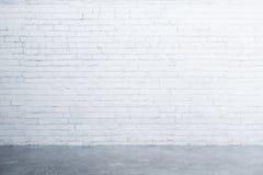 Vitt tegelstenvägg och betonggolv i tomt rum Royaltyfri Fotografi