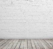 Vitt tegelstenvägg och trägolv Fotografering för Bildbyråer