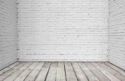 Vitt tegelstenvägg och trägolv Arkivfoton