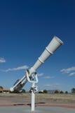Vitt teleskop på utomhus- Arkivbild