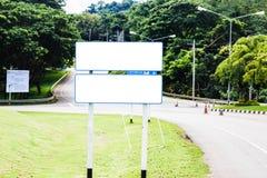 Vitt tomt bräde för gatatecken på vägsidan fotografering för bildbyråer