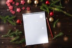 Vitt tomt notepadpapper med julgarnering på ett trä arkivfoto