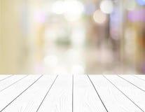 Vitt trä för perspektiv och suddigt lager med bokehbakgrund Arkivbild