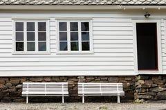 Vitt traditionellt hus för bänk symmetriska två framme Arkivfoton