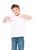 T-tröja på pojke Arkivfoto