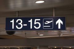 Vitt upplyst tecken på flygplatsen arkivbilder