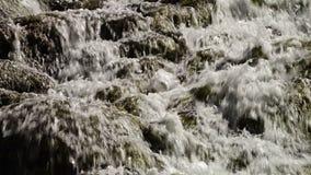 Vitt vatten som rusar ?ver travertinen, vaggar arkivfilmer