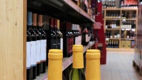 Vitt vin i flaskor i vin shoppar arkivbilder