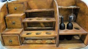 Vitt vin i flaskor i vin shoppar arkivbild