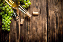 Vitt vin med filialdruvor Arkivbilder
