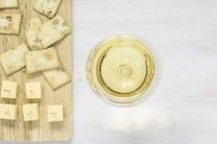 Vitt vin med ost och mellanmål royaltyfri fotografi