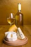 Vitt vin med ostmellanmålet royaltyfri fotografi