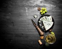 Vitt vin med skivan av ost arkivfoton