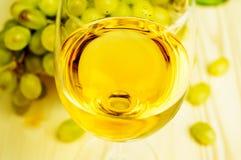Vitt vin och druvor royaltyfria foton