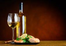 Vitt vin och lagad mat fisk med kopieringsutrymme royaltyfri bild