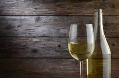 Vitt vin och lantlig träbakgrund Arkivbild