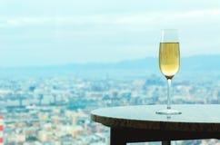 Vitt vin på en tabell ovanför staden Royaltyfri Bild