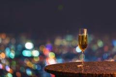 Vitt vin på en tabell ovanför staden arkivfoto